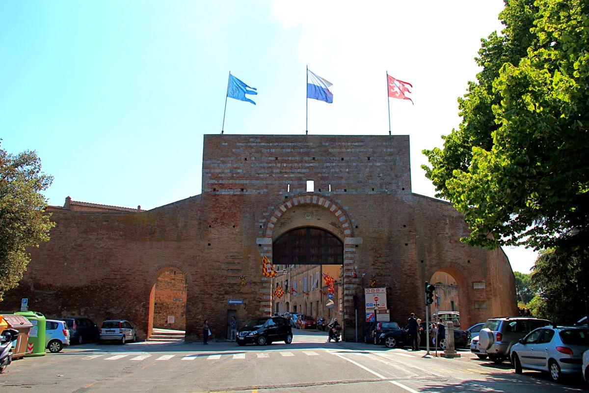 Palio di Provenzano 2013. Porta San Marco imbandierata: in basso i ...