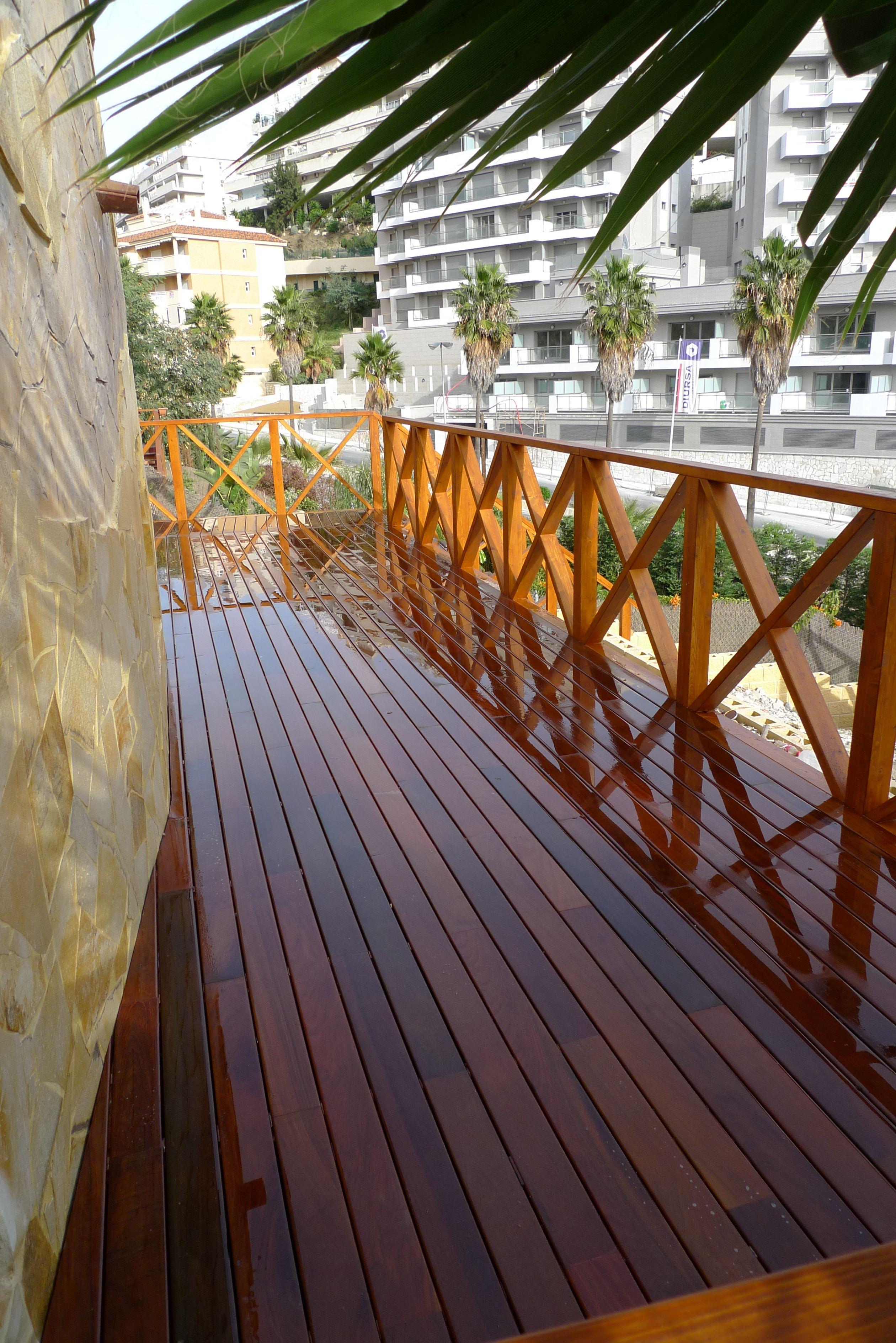 Reforma en jard n detalle barandilla y suelo de madera - Barandilla madera exterior ...
