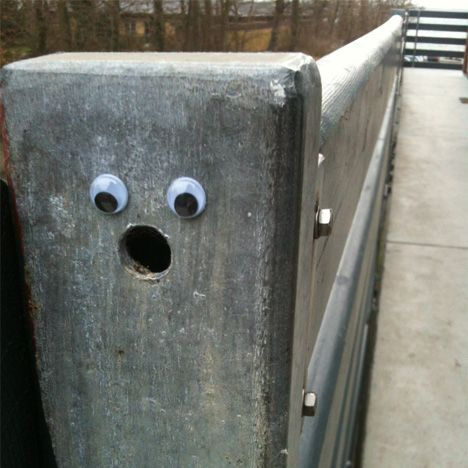 "Voy a hacker esto!!!! ""eye bombing""--putting googly eyes on opportune places in public"