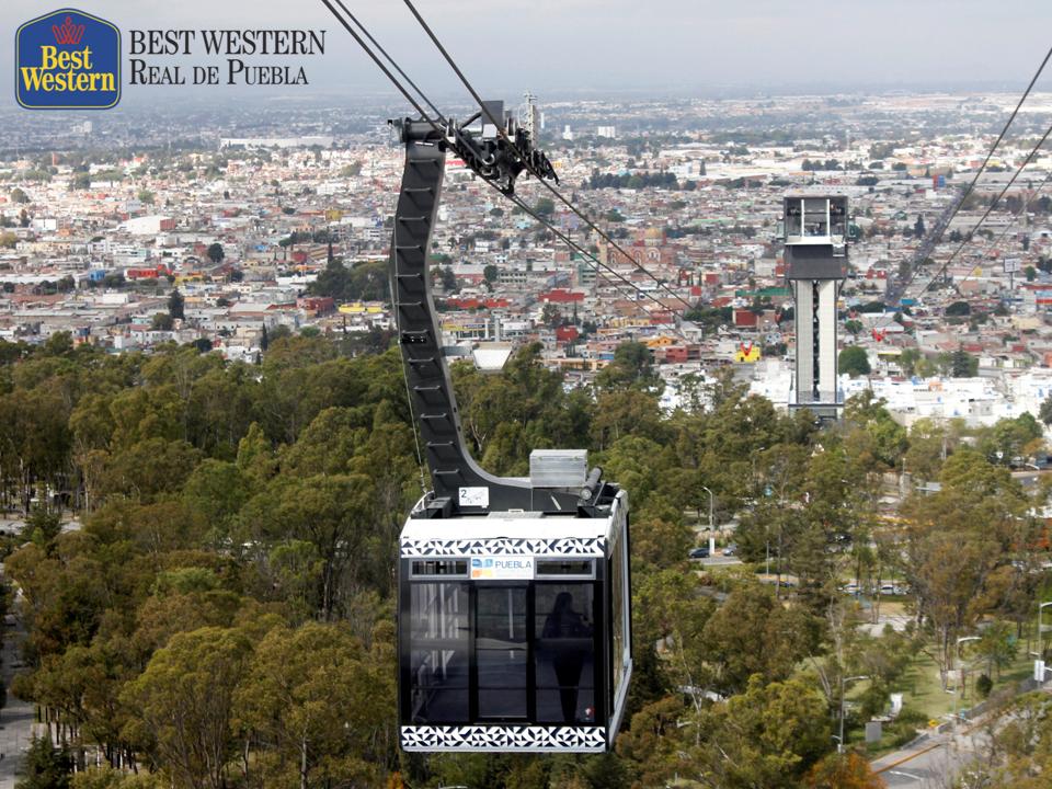 Recorrido en las alturas. EL MEJOR HOTEL DE PUEBLA. Contemple una vista inigualable de nuestra ciudad desde las alturas y disfrute de un paseo en teleférico, el cual tiene una longitud de 688 metros y dos cabinas con capacidad máxima para 35 personas. El recorrido va desde el Centro Expositor hasta el Monumento a Zaragoza. En Best Western Hotel Real de Puebla, le invitamos a reservar su estancia con nosotros llamando al (222)2300122 para que después, salga a vivir esta gran experiencia.