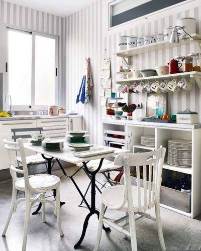 Cocina con decoración vintage en colores blancos envejecidos y ...