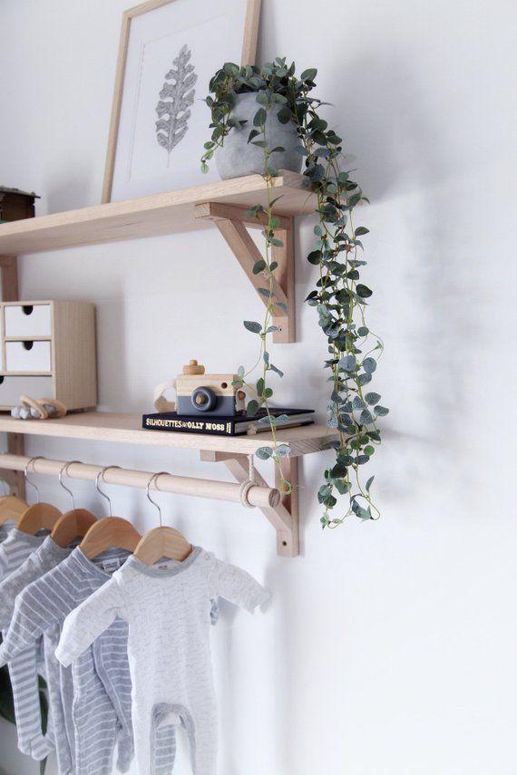 Tasmanian Oak Bracket Shelf mit hängender Stange, Kinderzimmerregal aus Holz, Kleiderständer ... #bonnets