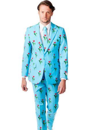 Este es un traje para hombres. Es de color azul claro. Es muy cómico porque  de las flores. b0969f428aa