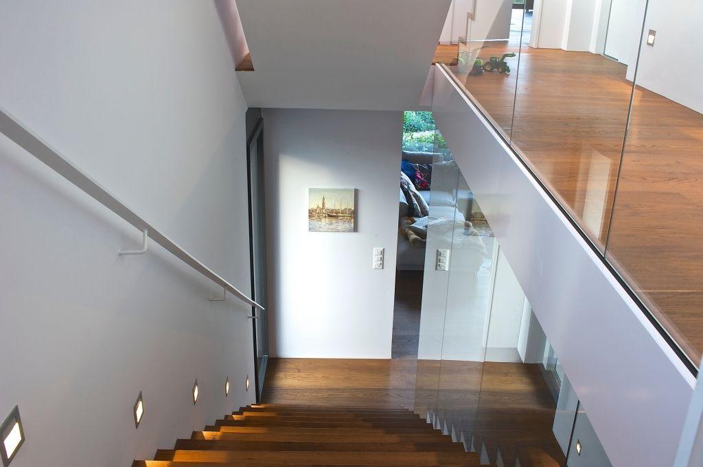 Treppenhaus Modern treppenhaus in villa mit glas geländer claudas stair