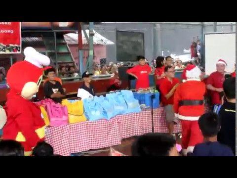 Jollibee VS Santa Claus Dance Showdown