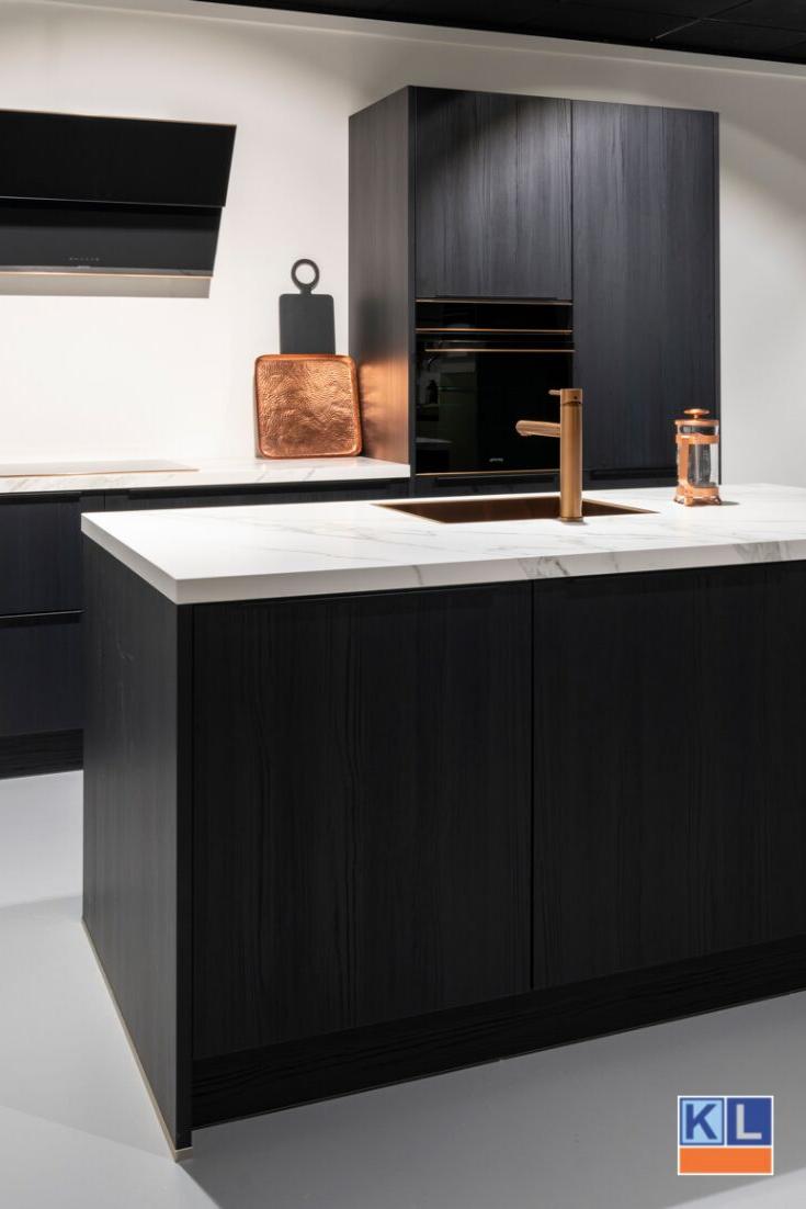 Zwarte Keuken Met Een Aanrechtblad Met Marmerlook Deze Keuken In De Showroom Van Keukenloods Nl Is Afgemaakt Met Koper Keuken Inspiratie Keuken Keuken Ontwerp