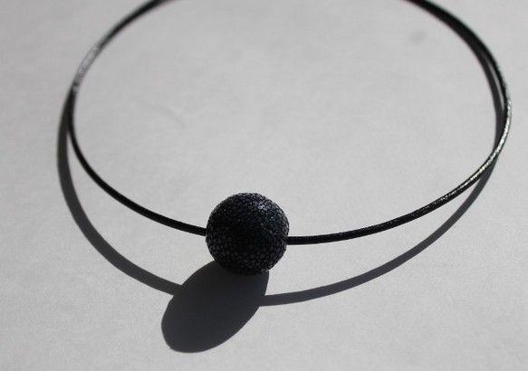 珍しいガルーシャ(エイの革)を使用したチョーカーです。ミラーボールのようにキラキラ輝きます。素肌の上からの勿論、ニットの上からもアクセントになります。アジャス... ハンドメイド、手作り、手仕事品の通販・販売・購入ならCreema。