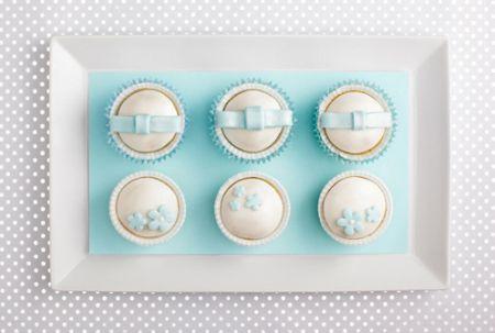 postres piruletas pasteles muffins magdalenas Fotografía de postres y dulces exposición postres dulces caramelos buffets blanco azul celeste Artículos de diseño Arte