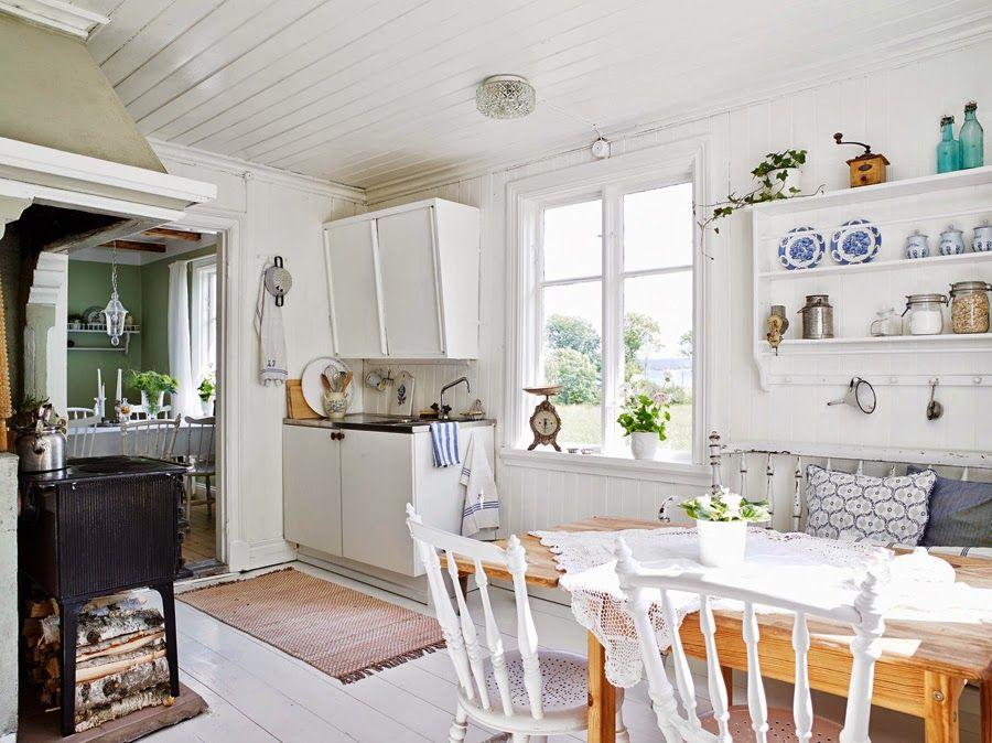 Keltainen talo rannalla: Valkoista ja romanttista