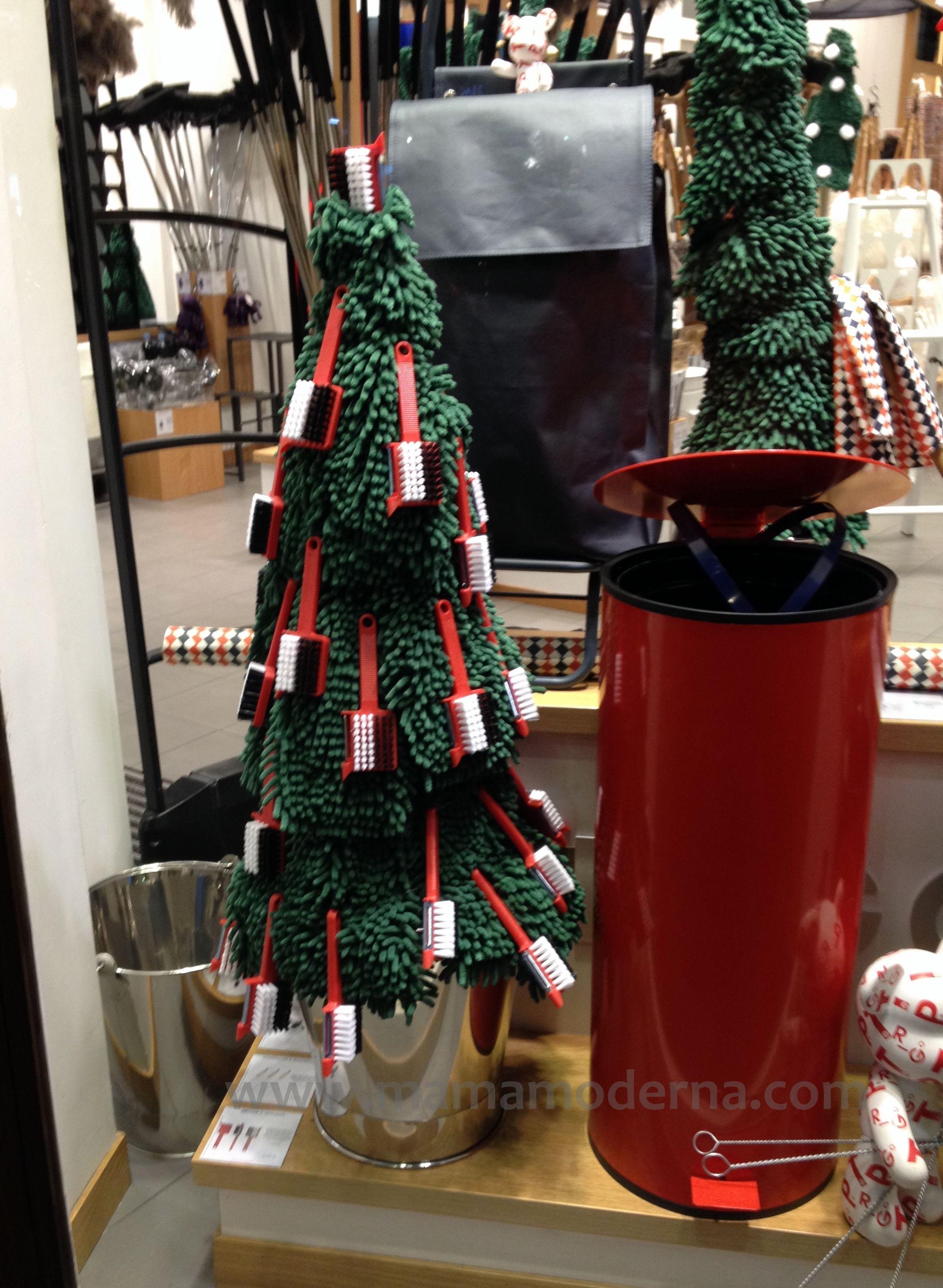 Árbol navideño con materiales para hacer la limpieza. Me encanta su orginialidad.