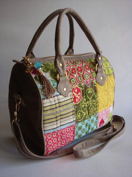 Bolsa feita de patchwork e com laterais de lona estonada. Possui alça de mão e transversal R$105,00