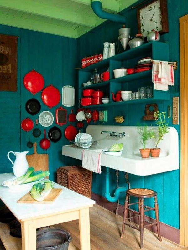 kleine-küche-wandfarbe-lagune - viele regale und geschirr Chez moi - kleine regale für küche