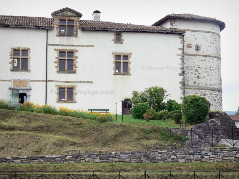 Le piment d'Espelette: Château des barons d'Ezpeleta abritant la mairie d'Espelette et ses abords fleuris