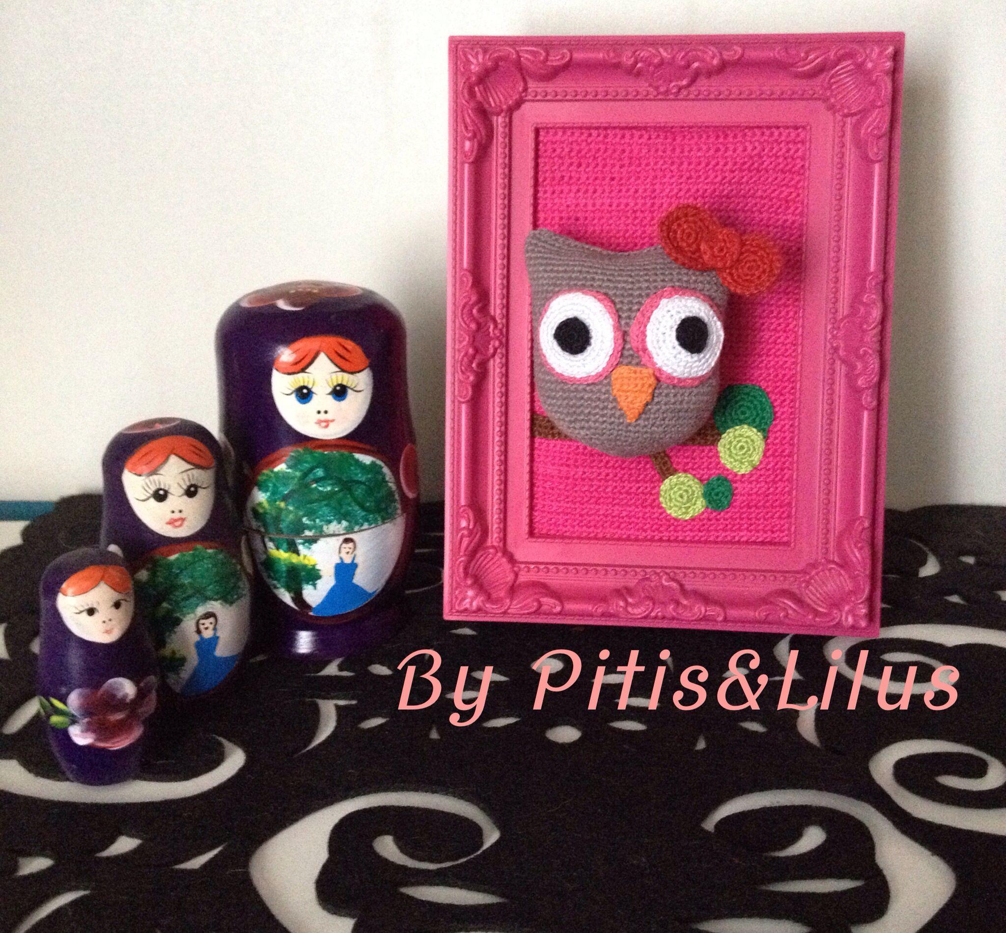 Cuadro decorativo con búho de amigurumi en fucsia /amigurumi owl decorative frame by Pitis&Lilus Info pitisandlilus@gmail.com