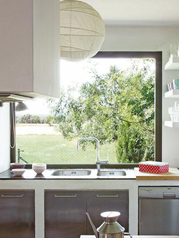 Fregaderos delante de la ventana | Kitchens