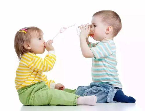 ALIMENTAÇÃO - Por que não oferecer suco ao bebê antes de um ano-  Até pouco tempo atrás o suco era introduzido na alimentação do bebê a partir do sexto mês, hoje a orientação é que o suco seja oferecido a criança após completar um ano de vida, mas por quê? Vamos Ver?  #AlimentaçãoInfantil #IntroduçãoAlimentar #Bebê #Crianças