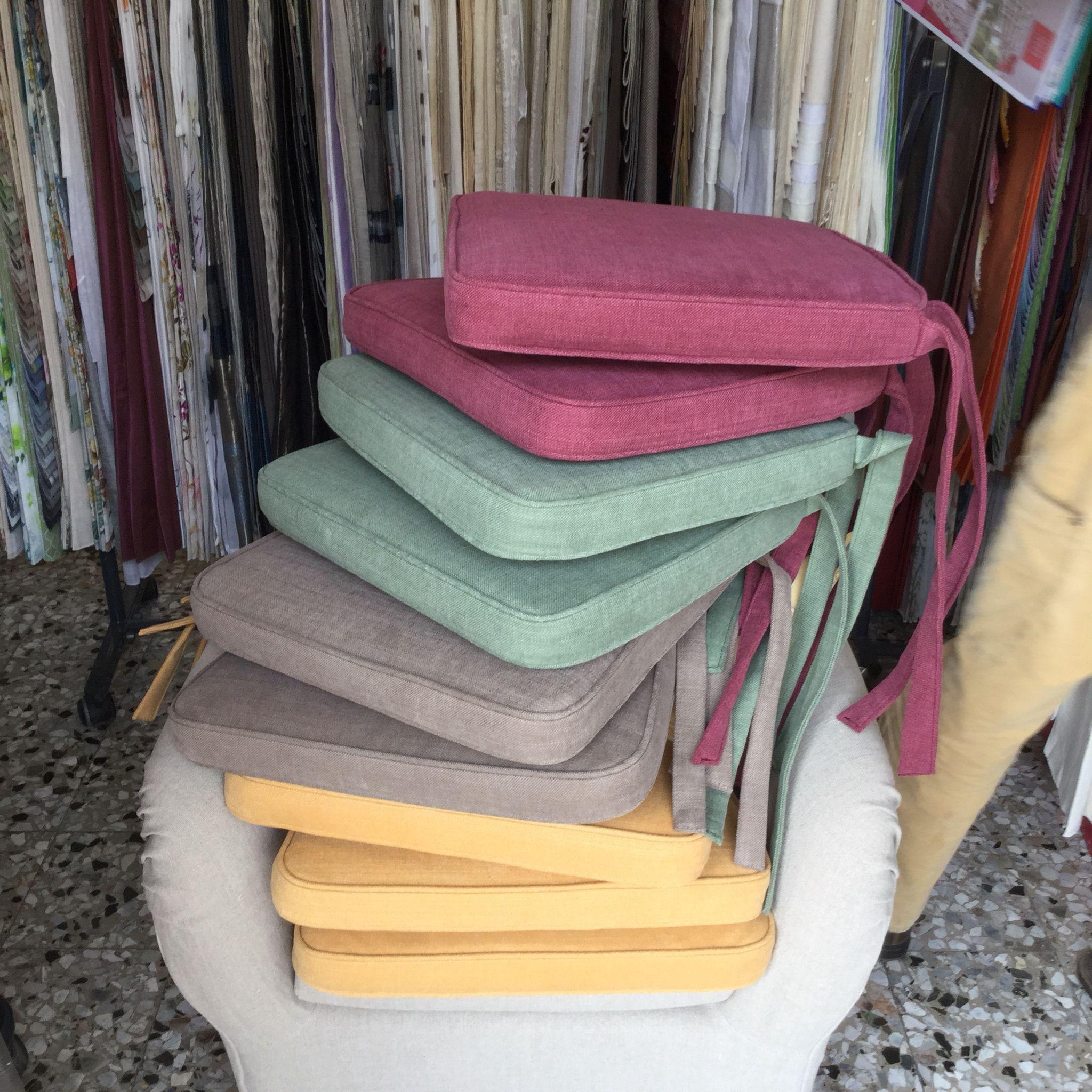 Con laccetti o alette per fissarli sotto la seduta delle tue sedie in modo molto semplice. Cuscini Sagomati Per Sedie Tess Linara Di Romo Cuscini Decorativi Cuscini Arredamento