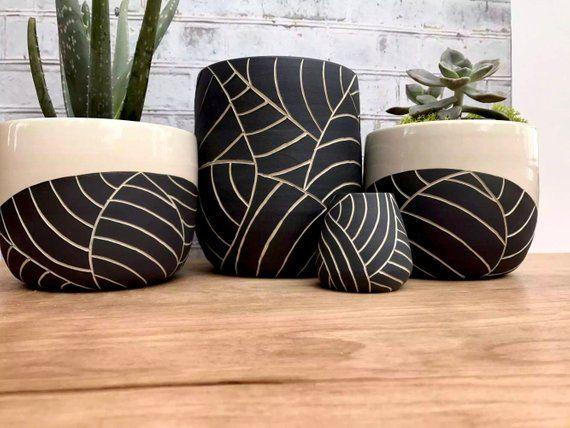 MADE TO ORDER - Planteur en céramique sculptée à la feuille noire de taille moyenne - planteur de poterie moderne à la roue jetée - céramique moderne - poterie minimaliste
