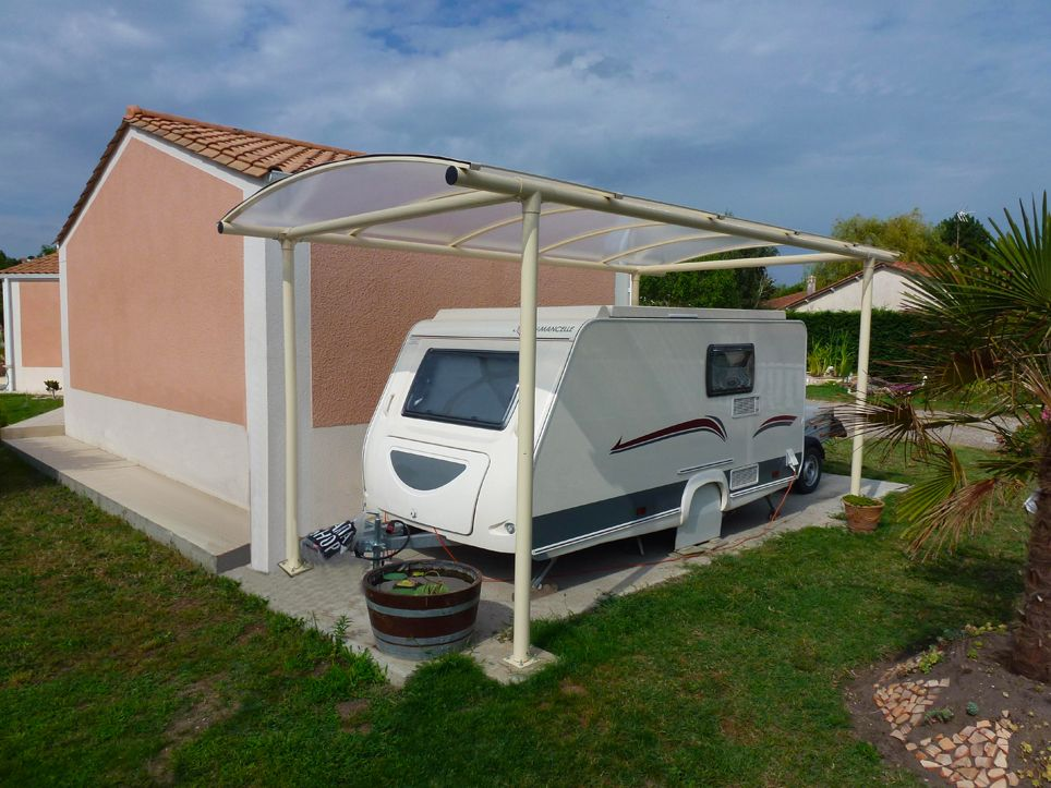 prot gez et hivernez votre caravane gr ce cet abri m tallique et toiture avec plaques de. Black Bedroom Furniture Sets. Home Design Ideas