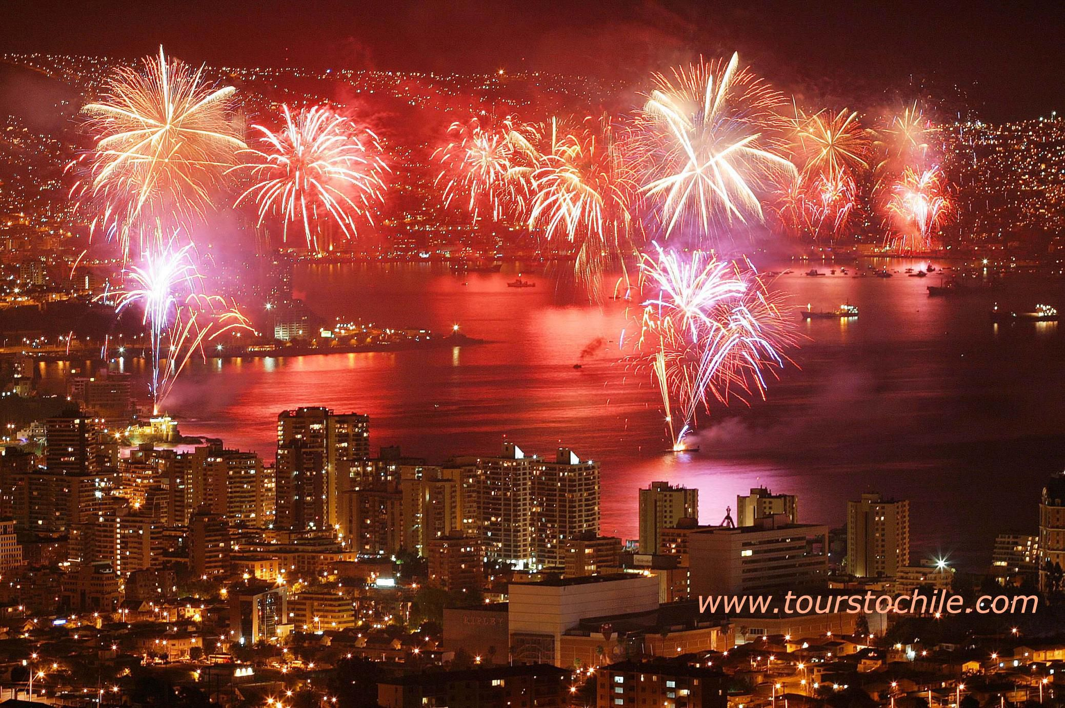 The Traditional New Year S Celebration Fireworks In Valparaiso Chile New Year S Eve Around The World Valparaiso Chile Chile