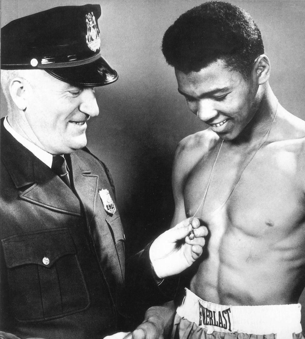 Muhammad Ali con su primer entrenador, el policía Joe Martin.
