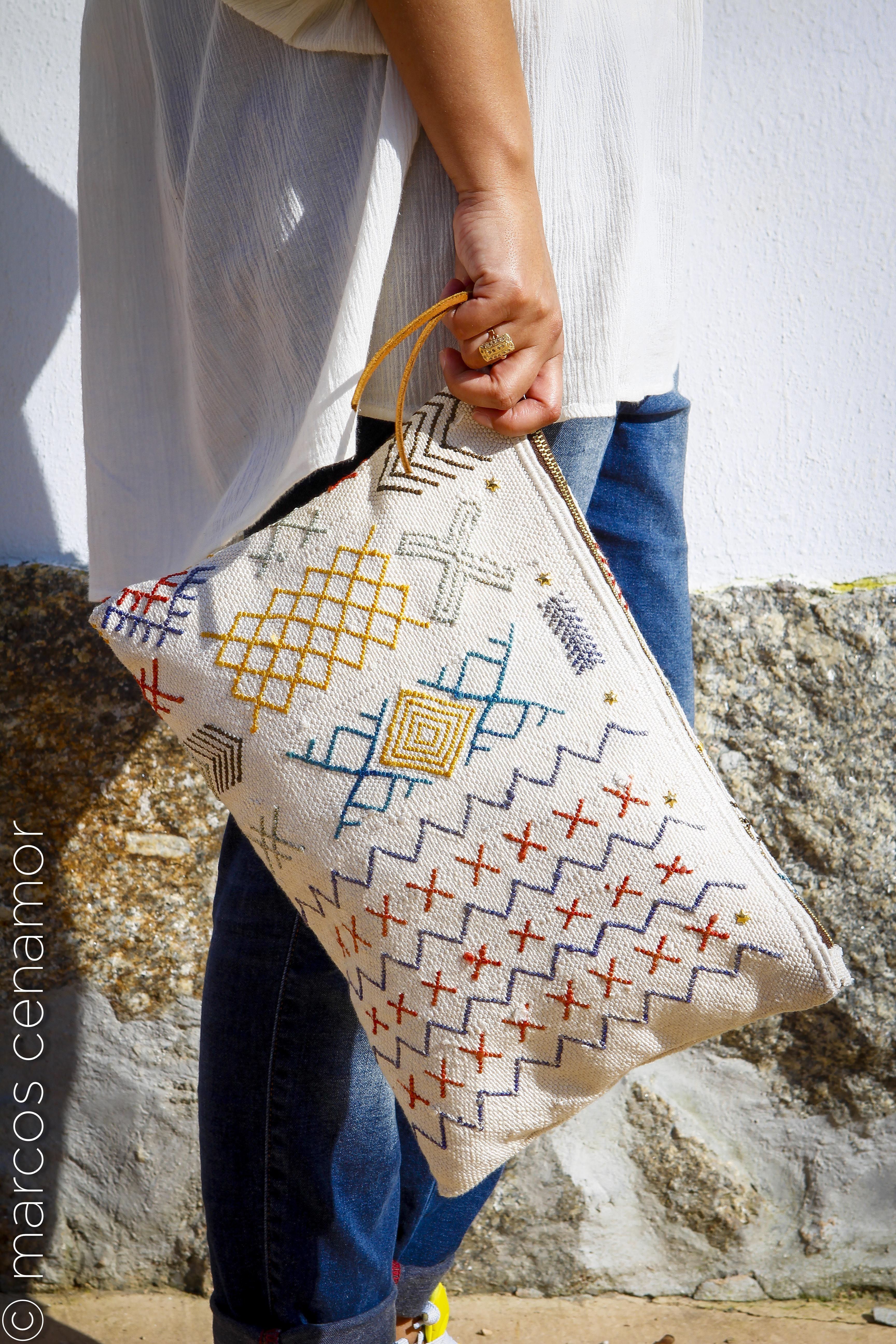 bolso elaborado de forma artesanal con tejido de tapiz bereber realizado a mano en marruecos