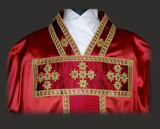 Casula rossa medievale: particolare della decorazione del collo e del tau