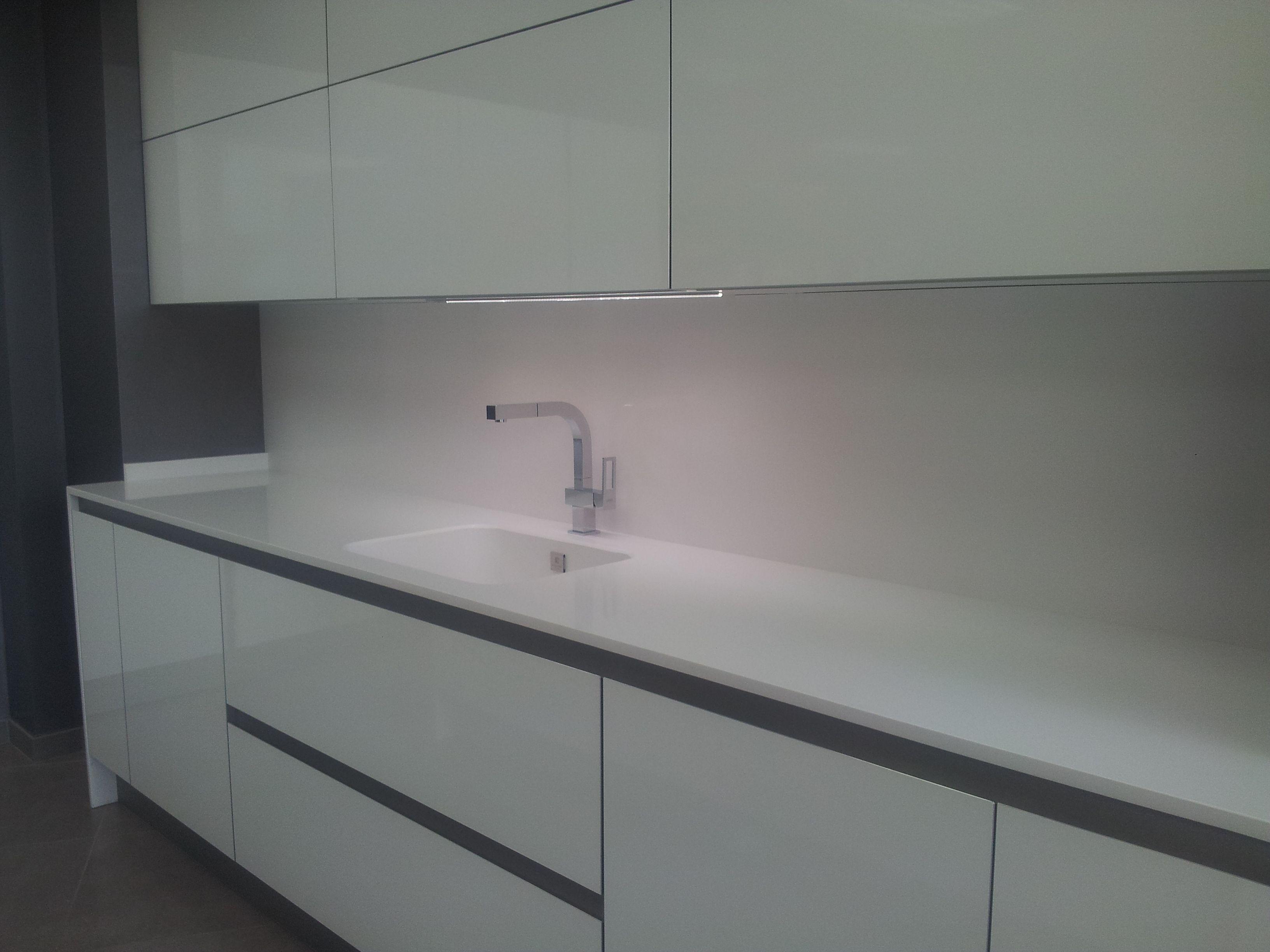 Encimera de cocina en silestone blanco zeus con fregadero for Cocina y lavadero integrados