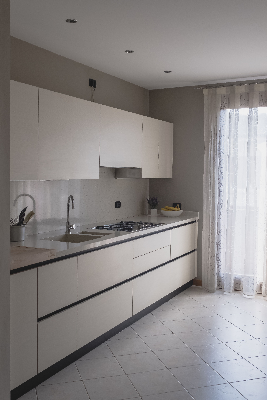 Cucina Cesar Meg Nobilitato Larice Bianco Con Gola Top Quarzo Sp 4cm Beige Arredo Interni Cucina Design Cucine Modello Di Cucina Contemporanea