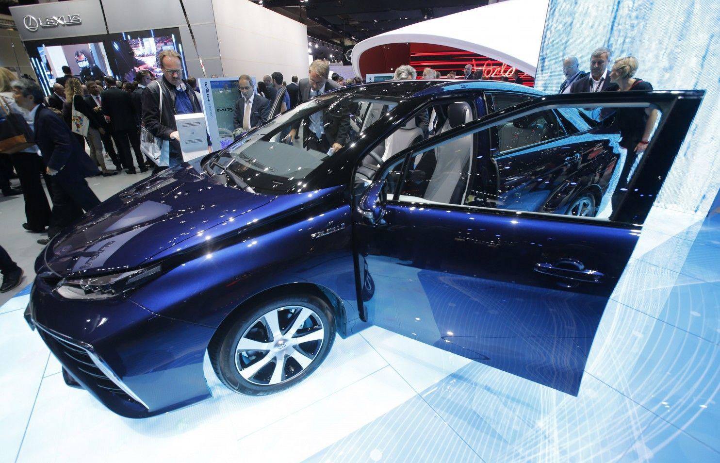 Toyota launches hydrogenfueled sedan Sedan, Toyota
