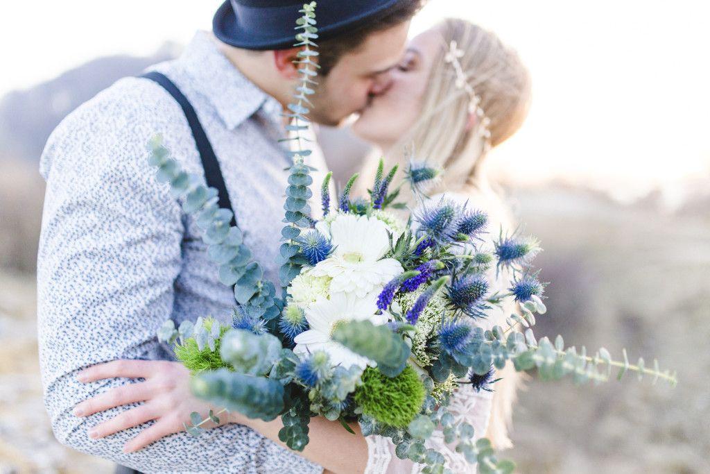 Lockerer Brautstrauss Mit Disteln Gerbera Und Eukalyptus Bridal