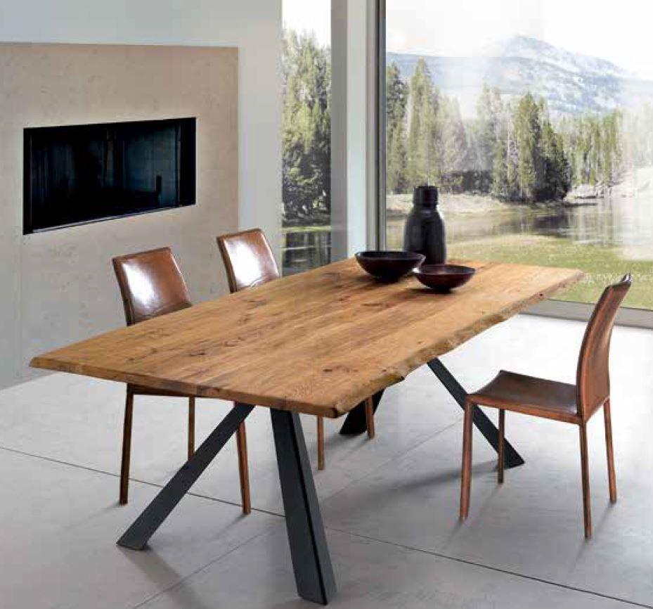 Tavoli e sedie di diversi stili e modelli, in legno, vetro