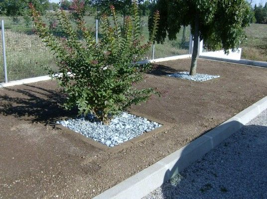 Aiuole da giardino con sassi idee per la casa for Decorazioni giardino con sassi