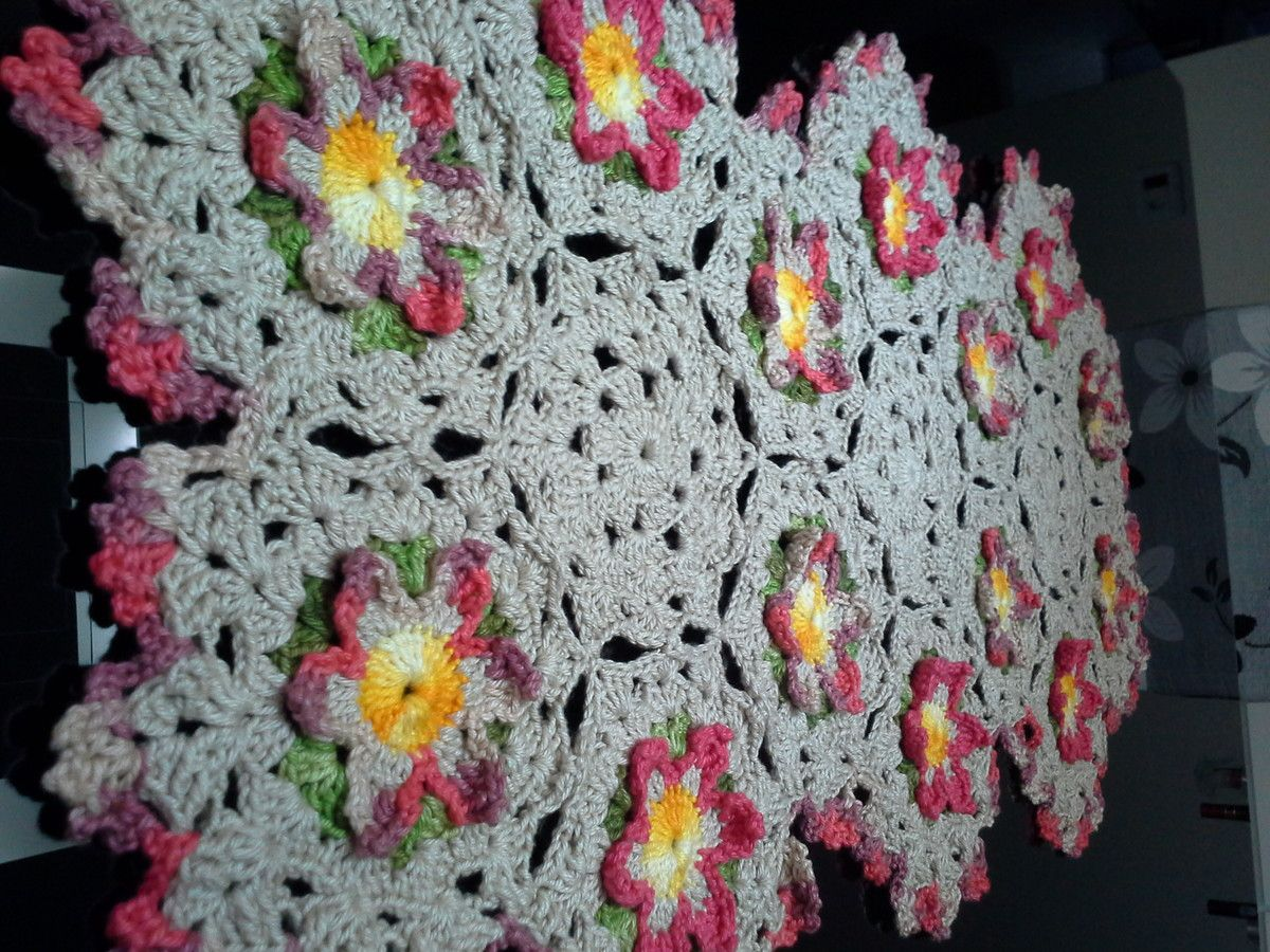 Produto de excelente qualidade, feito com linha Duna nas cores bege e flores rosa mesclado.