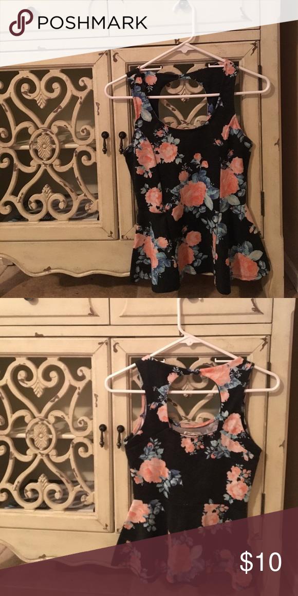 Kirra ( PacSun) Floral Print Top Size S • open back detail • stretchy cotton material • keyhole back Kirra Tops Tank Tops