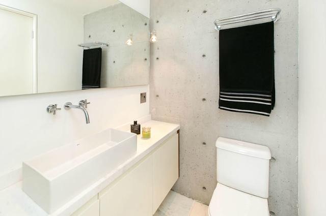 我們看到了。我們是生活@家。: 一間位在巴西的套房公寓!為解決衛浴空間的光線,把浴缸設在像是陽台的位置。來自DT Estudio
