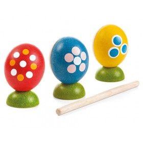Her yumurta farklı bir ritm ve ses demek  Ahşap oyuncak set kazındığı, vurulduğu ve sallandığında çeşitli sesler çıkarabileceğiniz üç guiro ve sallanan yumurtadan oluşur. Çubuk dahildir.   Ölçü: cm 6 x 6 x 7.2