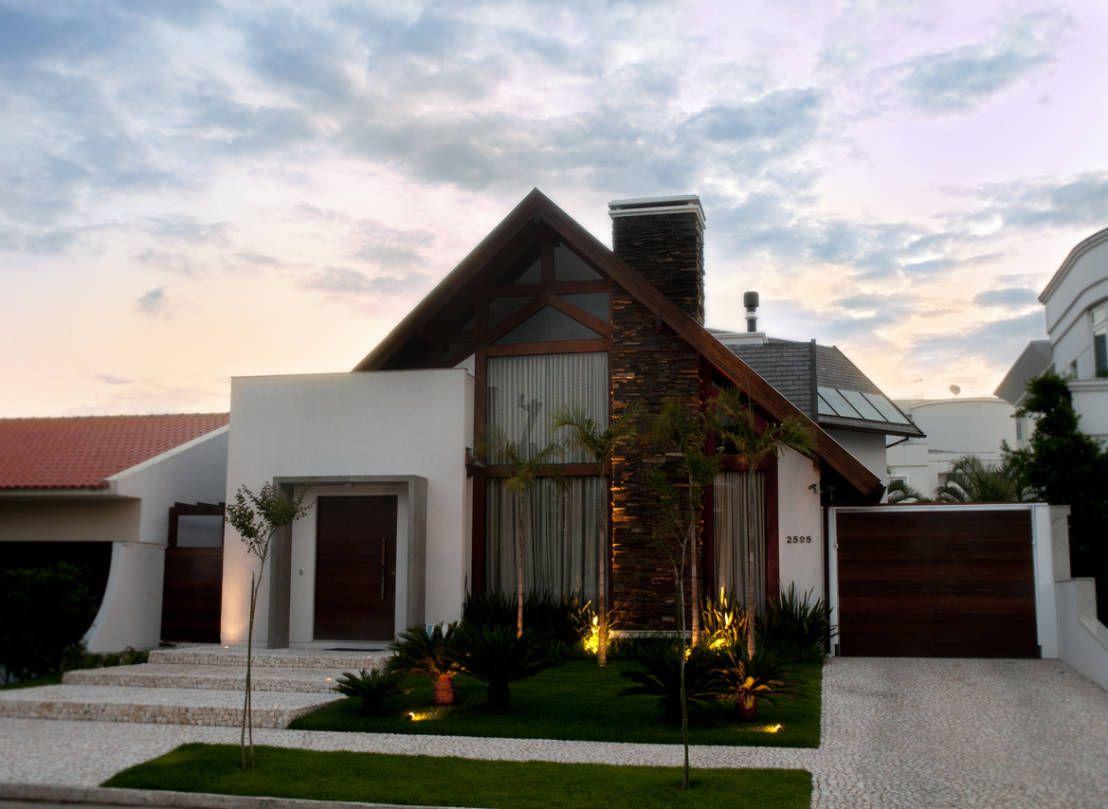 PROJETO ARQUITETÔNICO FACHADA E INTERIOR DA RESIDÊNCIA PRUNER (Fotos: Lio  Simas) : Casas Rústicas Por ArchDesign STUDIO