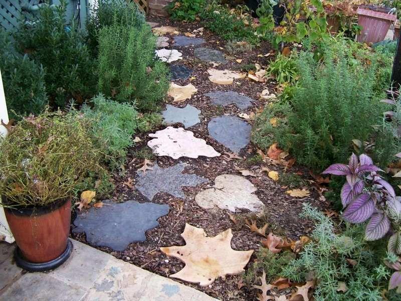 Gartenweg Gestaltung mit Betonplatten in Form von Herbstblättern - garten blumen gestaltung