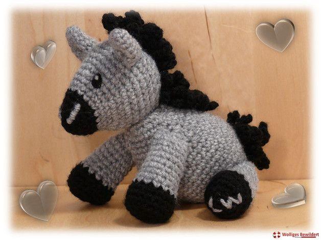 Kuscheltiere - Gehäkelter kleiner Esel mit lockiger Mähne - ein Designerstück von wolliges-bewildert bei DaWanda