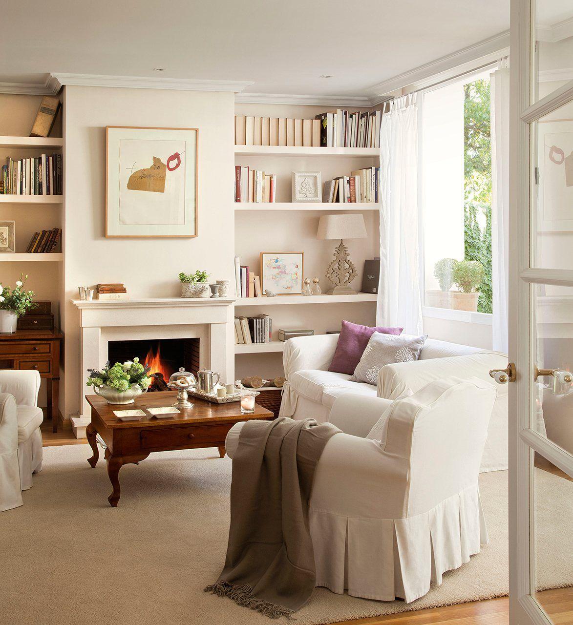 Salón con librería a medida en el hueco de la chimenea. En blanco ...