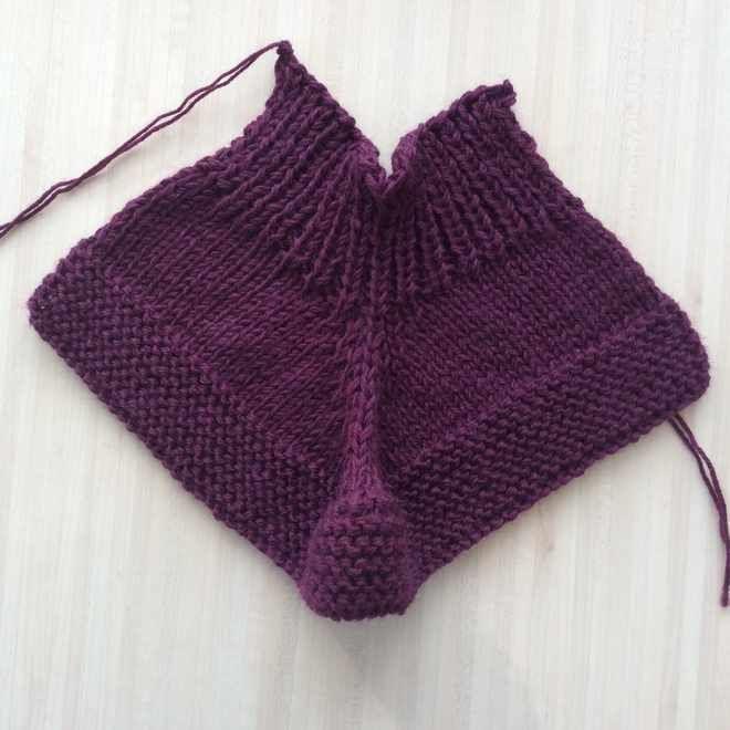 Parce que les adultes ont le droit aussi d'en avoir ! Chaussons au tricot (tuto gratuit) - Tricocotier - Blog tricot crochet couture, modèles gratuits #patrontricotgratuit