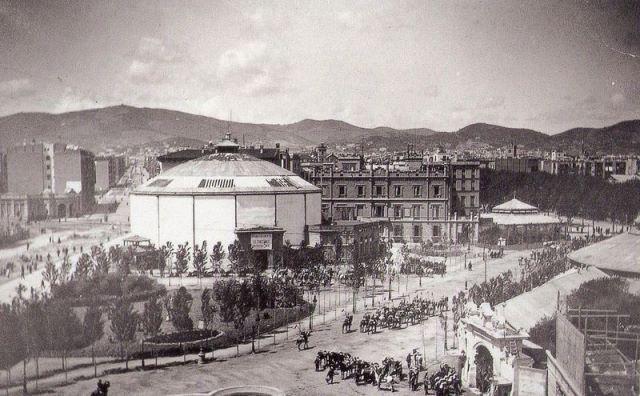 Plaça de Catalunya, finales siglo XIX. De izquierda a derecha: Panorama Waterloo, la Casa Gisbert, el Café la Pajarera y el Circo Ecuestre. Frederic Ballell, 1888