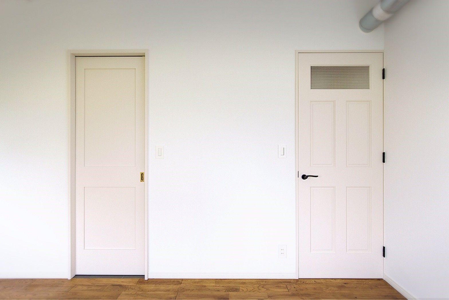 ホワイトのデザイン違い扉を並べたシンプルなコーディネート