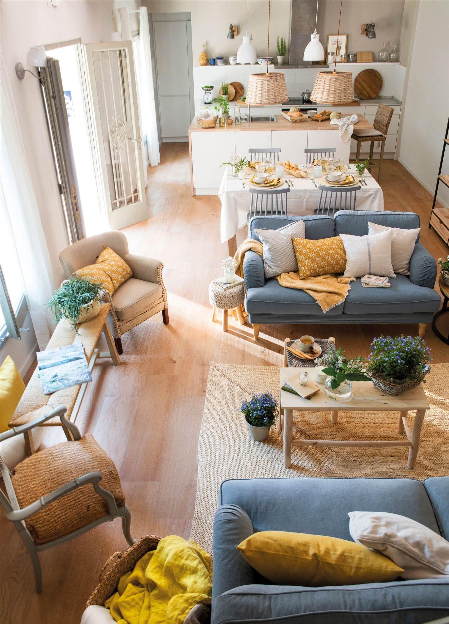 00465066. Salón comedor con cocina abierta. Sofás en azul y cojines ...