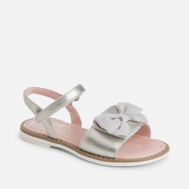 f9ac12fe Sandalias de niña estilo ceremonia con lazo. Encuentra este Pin y muchos  más en zapatillas de bebes ...