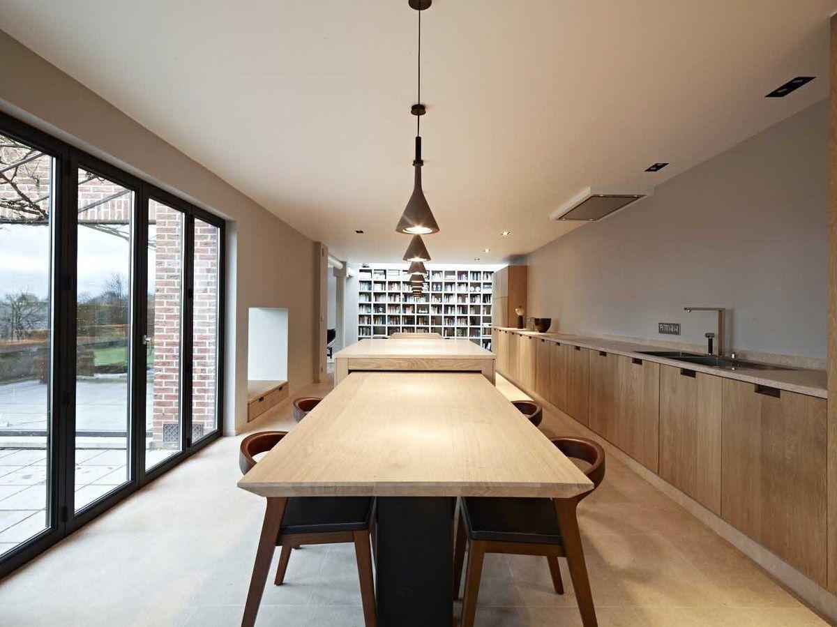 Strakke tijdloze eiken keuken met lange massieve tafel keuken
