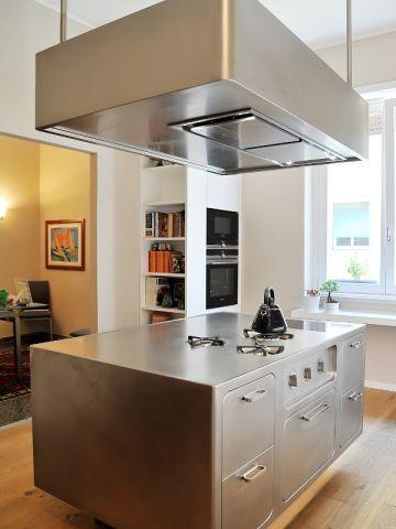 Une Cuisine Avec Ilot Central Mise Sur L Inox Pour Devenir Le Coeur D Un Appartement Style Cuisine Ilots Central Cuisine Ilot Cuisine