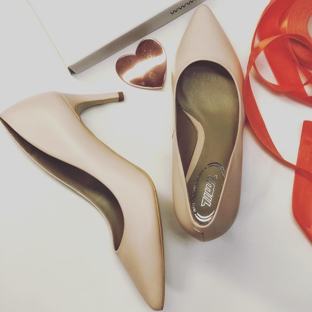 Na Dworze Juz Szaro Ale Nasze Klientki Maja W Sercu Wiosne Takie Piekne Czolenka Przydadza Sie Na Wiele Okazjii Nawe Jesien In 2020 Stiletto Heels Stiletto Shoes