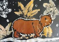 Old Bear: Leaf Print and Bear Painting Mainio työ alaluokille. Tässä yhdistyy painamista/grafiikkaa ja piirtämistä ja maalausta myös. Ja ennen työtä voi lukea karhusatuja ja ottaa selvää karhuista muutenkin. Takuu varmasti innostava työ pikkuoppilaille.